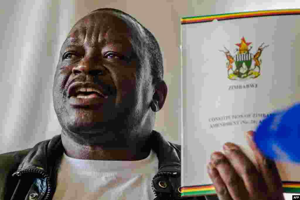 Le secrétaire général de l'association des vétérans de guerre de la libération nationale du Zimbabwe, Victor Matemadanda, à Harare, au Zimbabwe, le 15 novembre 2017.