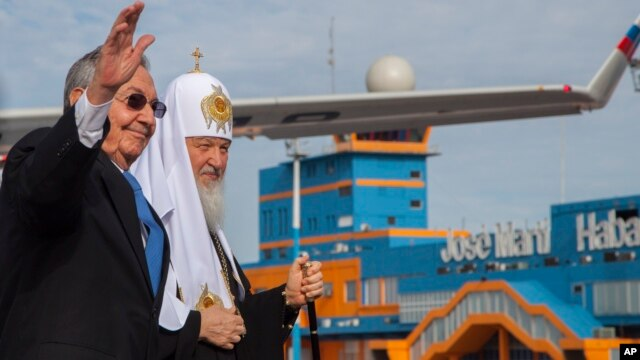 Cuban President Raul Castro walks with Russian Orthodox Patriarch Kirill at Jose Marti International Airport in Havana, Cuba, Feb. 11, 2016.