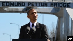 Barak Obama irqchilikka qarshi kurashga sanha bo'lgan ko'prik oldida so'zlamoqda, Selma shahri, Alabama shtati, 7-mart, 2015