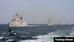 북한의 핵실험 이후 추가적인 군사도발에 대비해 13일부터 16일까지 함정 20여척이 참가하는 대규모 해상기동훈련에 돌입한 한국 해군.