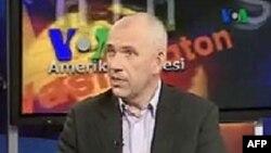 L'ancien eurodéputé néerlandais Joost Lagendijk lors d'une émission de La voix de l'Amérique le 21 mai 2012.