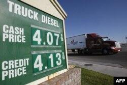 Sebuah truk melewati pom bensin di Barstow, California, 1 April 2008. (Foto: dok).