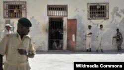Gad prizon ki kanpe deyò selil yo nan Prizon Santral Mogadishu a nan Somali, 10 desanm 2013.