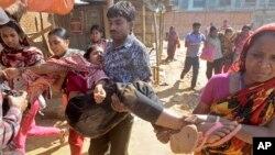 12일 방글라데시 아슐리아에서 의료 노동자들이 임금 인상을 요구하며 시위를 벌였다. 참가자들이 진압 과정에서 다친 동료를 옮기고 있다.
