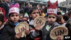 Des enfants palestiniens lors d'une manifestation contre les coupures d'aide, devant les bureaux des Nations Unies à Khan Yunis, dans le sud de la bande de Gaza, le 28 janvier 2018.