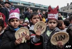 Han Yunus'taki BM kampında ABD'nin yardımları kesmesini protesto eden Filistinli çocuklar