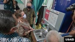 Kuasa Usaha Ad Interim (KUAI) Kedutaan Besar Amerika Serikat Heather Variava dalam acara serah terima fasilitas cuci tangan dengan sabun di Puskesmas Ciawi di Bogor, 10 September 2020. (Foto: USAID)