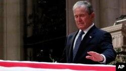 El expresidente George W. Bush, hijo del fallecido George H.W. Bush no pudo contener las lágrimas durante su discurso en el que recordó a su madre y su hermana de tres años, ambas fallecidas.