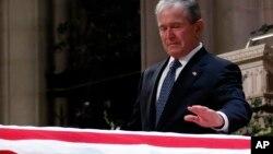"""Ông Bush """"con"""" vỗ nhẹ hai lần vào quan tài cha hôm 5/12."""