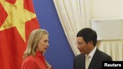 美国国务卿克林顿与越南外长范平明7月10日在河内