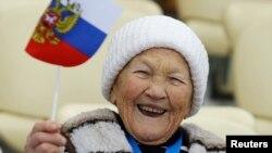 Ruskinja prati žensku trku na 5.000 metara u brzom klizanju u Adler Areni u Sočiju, 19. februara 2014.
