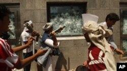 Những người biểu tình ở Yemen phá cửa sổ Tòa Đại Sứ Mỹ trong cuộc biểu tình phản đối cuốn phim chế nhạo nhà tiên tri của Hồi giáo