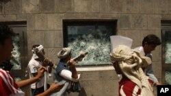 پیغمبرِ اسلام کی توہین پر مبنی فلم کے خلاف یمن میں ہونے والے مظاہرے کے دوران میں مظاہرین امریکی سفارت خانے میں توڑ پھوڑ کرتے ہوئے