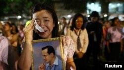 ស្រ្តីម្នាក់ជូតទឹកភ្នែកនៅក្រោយការប្រកាសថា ស្តេច Bhumibol Adulyadej បានសោយទិវង្គត នៅមន្ទីរពេទ្យ Siriraj ក្នុងក្រុងបាងកក កាលពីថ្ងៃទី១៣ ខែតុលា ឆ្នាំ២០១៦។