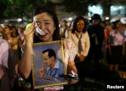 A woman weeps after an announcement that Thailand's King Bhumibol Adulyadej has died, at the Siriraj hospital in Bangkok, Thailand, Oct. 13, 2016.