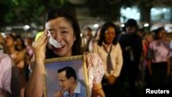Une femme pleure après l'annonce du décès du roi Bhumibol Adulyadej de la Thaïlande , à l'hôpital Siriraj à Bangkok, en Thaïlande, le 13 octobre 2016.