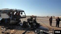 Bis yang membawa para peziarah dari Iran di dekat Baghdad, setelah terjadinya serangan.