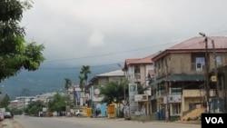 La ville déserte de Buea, chef-lieu de la région anglophone du Sud-Ouest au Cameroun, le 6 février 2019. (E. Kindzeka/VOA)