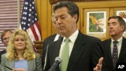 El gobernador republicano de Kansas, Sam Brownback firma ley antiaborto criticada por muchos grupos que respaldan el derecho al aborto en EE.UU.