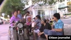 部分北京维权市民再度到外交部警戒线外静坐要求参与国家人权报告编写工作。