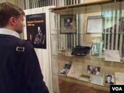 2013年末在莫斯科国家档案馆中展出的有关布哈林的书籍,以及他当年使用的一些物品。