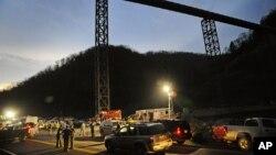 La police s'est déployée dans la mine de charbon de Massey Energy dans Montcoal, Virginie-Occidentale où 29 mineurs de charbon ont été tués dans une explosion, en Viriginie, aux Etats-Unis, avril 2010.
