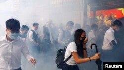 2019年11月11日,香港中环金融区写字楼员工在警方释放催泪弹后纷纷躲避 (路透社)