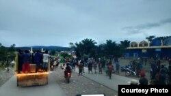 Warga Nduga yang marah terhadap penembakan melakukan aksi turun ke jalan hari Minggu (19/7). (foto: Istimewa)