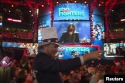 Tim Kubik, un delegado de Colorado, baila con la música de Foo Fighters en la última jornada de la Convención Demócrata.
