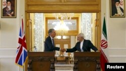 지난해 8월 이란 수도 테헤란에서 회담하고 있는 필립 해먼드(왼쪽) 당시 영국 외무장관과 무함마드 자바드 자리프 이란 외무장관. (자료사진)