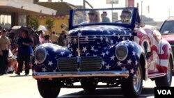 遊行隊伍中的星條旗愛國車引人注目(美國之音國符拍攝)