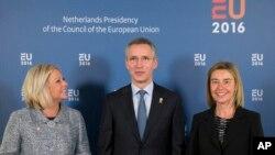 옌스 슈톨텐베르크 나토 사무총장(가운데)이 5일 유럽연합 국방장관 회의 참석차 네덜란드 암스테르담을 방문했다. 오른쪽은 페데리카 모게리니 유럽연합 외교안보 고위 대표, 왼쪽은 헤니스-플라셰르트 네덜란드 국방장관.