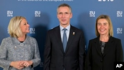 Genertalni sekretar NATO-a Jens Stoltenberg (u sredini), visoka predstavnica EU Federika Mogerini (desno) i ministarka odbrane Holandije Dženin Henis-Plašert