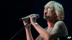 """Dolores O'Riordan de la banda de rock irlandesa """"The Cranberries"""" actuando en Barcelona, España, en 2012."""