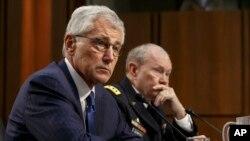 Menhan AS Chuck Hagel (kiri) dan Jenderal Martin Dempsey memberikan keterangan di depan Komite Kongres AS.