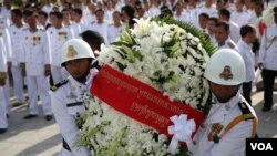 Flowers are carried marking the third-year anniversary of the the late King Noromdom Sihanouk on Sihanouk Boulevard in Phnom Penh, Cambodia on October 15, 2015. (Photo: Leng Len/VOA Khmer)