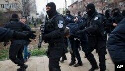 지난 26일 코소보 경찰이 세르비아 정치인인 마르코 쥬리치를 코소보 북부 세르비아계 거주 지역인 '미트로비차'에서 체포한 후 경찰서로 연행하고 있다.