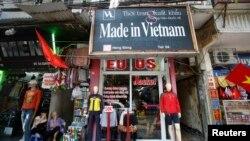 Một cửa hàng bán đồ may mặc xuất khẩu sang Mỹ và châu Âu ở Hà Nội trong bức ảnh chụp ngày 3/10/2014. Mỹ là thị trường xuất khẩu hàng đầu của Việt Nam trong 5 tháng đầu năm nay.