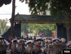 Barisan polisi saat menghalau lemparan batu dari para pedemo penolakan UU Cipta Kerja di depan gedung DPRD Sumut, Kota Medan, Kamis 8 Oktober 2020. (VOA/Anugrah Andriansyah)