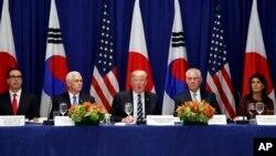 도널드 트럼프 미국 대통령(가운데)이 지난 21일 뉴욕 팰러스 호텔에서 열린 미한일 정상회담에서 새 대북제재 행정명령을 공개했다. 스티브 므누신 재무장관(왼쪽부터), 마이크 펜스 부통령, 렉스 틸러슨 국무장관, 니키 헤일리 유엔주재 대사가 배석했다.