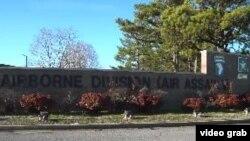 Pintu gerbang Fort Campbell, pangkalan Angkatan Darat Amerika di wilayah barat daya Kentucky, dekat perbatasan dengan Tennessee. (Foto: videograb)