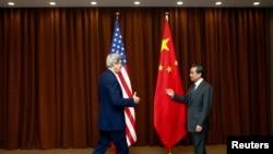 وزیر امورخارجه چین (راست) از جان کری استقبال می کند. ۱۴ فوریه ۲۰۱۴