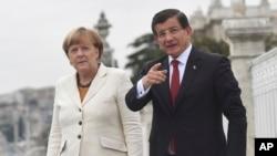 Turkiya Bosh vaziri Ahmat Dovuto'g'li Germaniya kansleri Angela Merkel bilan suhbatlashmoqda, Istanbul, 18-oktabr, 2015-yil