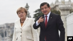 Turski premijer Ahmet Davutoglu i nemačka kancelarka Angela Merkel, Istanbul, 18. oktobar, 2015.