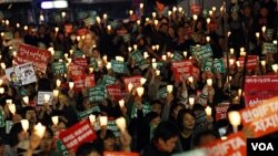 Para penentang kebijakan perdagangan bebas (FTA) Amerika-Korsel berunjuk rasa di Seoul, Korea Selatan (5/11).