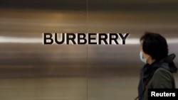 一名妇女走过北京一家商场内的奢侈品品牌博柏利的商店。(2021年3月26日)