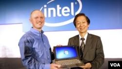 Sean Maloney, vice presidente de Intel, acompañado Jonney Shih, director de AsusTek Computer Inc, una de las empresas que fabricará el Ultrabook.