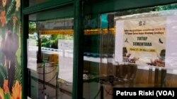Pengumuman penutupan Kebun Binatang Surabaya selama dua minggu ke depan (Foto: VOA/ Petrus Riski).