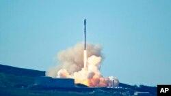 Phi thuyền Falcon 9 của SpaceX rời mặt đất tại Căn cứ Không quân Vandenburg, bang California, Mỹ, ngày 14 tháng 1, 2017.