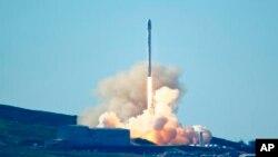 La société américaine SpaceX a lancé avec succès à la base militaire aérienne de Vandenberg en Californie, 14 janvier 2017.